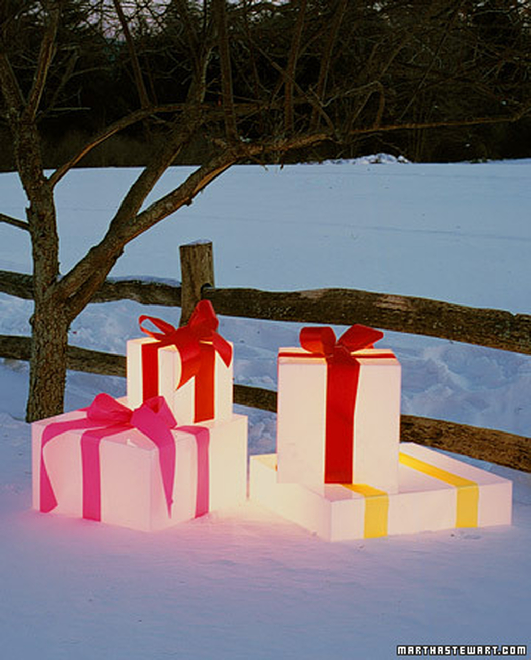 18 easy and cheap diy outdoor christmas decoration ideas glowing gift boxes diy solutioingenieria Choice Image