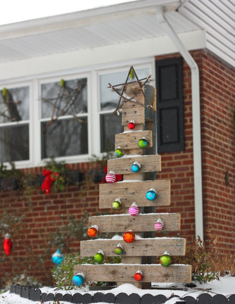 rustic outdoor christmas tree made from a pallet