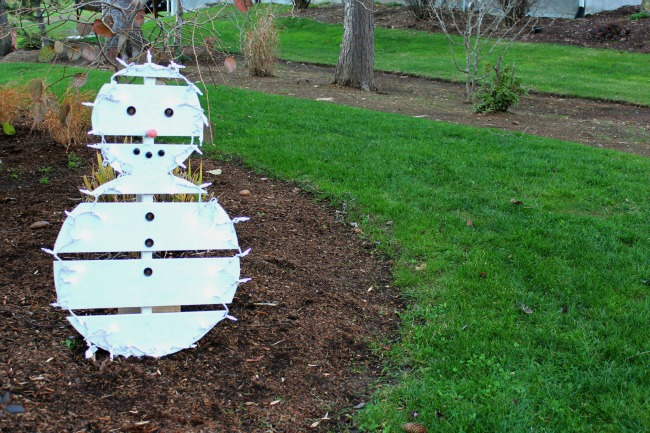 18 easy and cheap diy outdoor christmas decoration ideas - Pallet Christmas Decoration Ideas